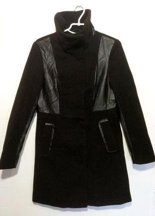 Стильное , черное  пальто на кнопках , с кожаными вставками h&m