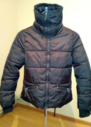 Куртка класична. дуже тепла. може використовуватись як лижня.