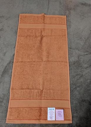 Мягкое махровое полотенце карамельного цвета