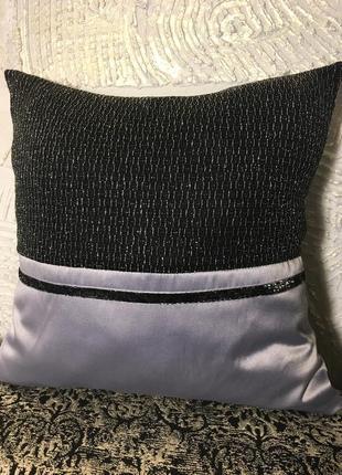 Блестящая декоративная подушка