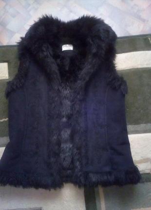 Классная теплая меховая жилетка с вышивкой