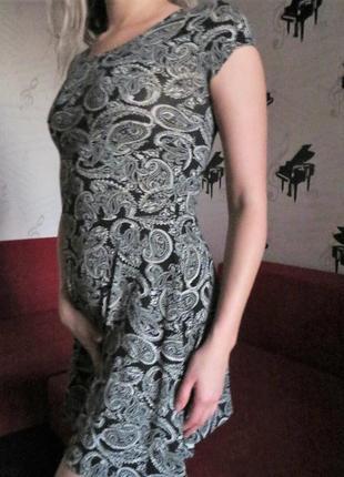 Платье в узорах
