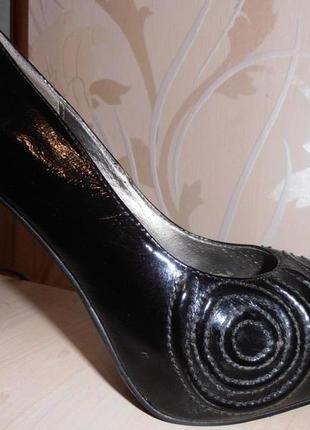 Шикарные лакированные кожаные туфли.