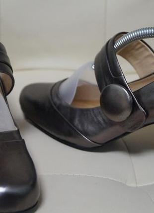 Фирменные кожаные туфли на устойчивом каблуке