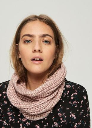 Теплый шарф хомут розовый вязаный