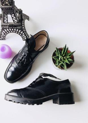Очень класные лаковые туфли с лентами от zara