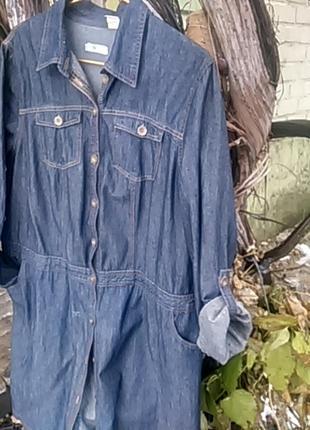 Джинсовое платье-рубашка большого размера.
