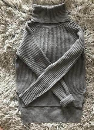 Серый свитер с горловиной