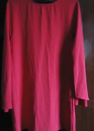 Малиновое платье прямого кроя с интересными широкими рукавами