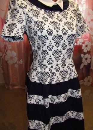 Очень симпатичное стройнящее контрастное платье с воротничком для красивой девушки
