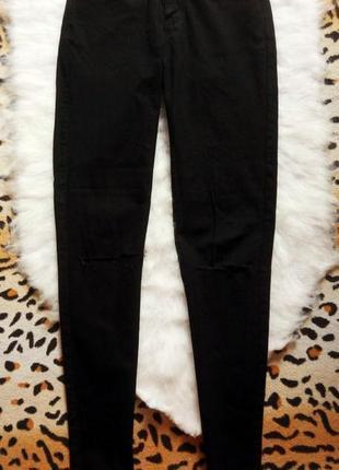 Черные джинсы скинни с прорезями на коленях американки джеггинсы узкачи с дырками