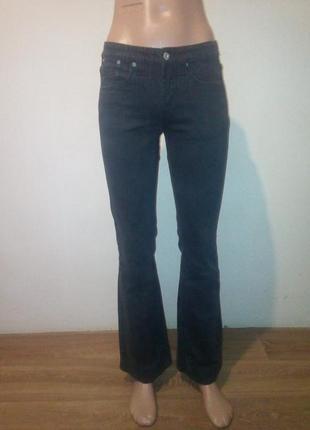 Женские джинсы слегла расклешенные.