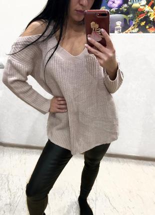 Пудровый свитер с открытими плечами