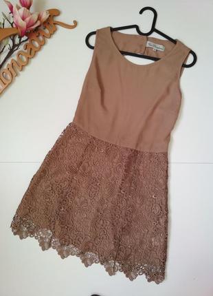 Нежное платье с открытой спинкой и кружевной юбкой, в цвете латте, мокко