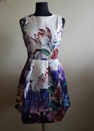 Яркое платье в цветы