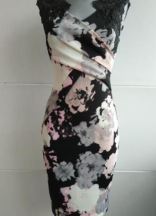 Очень красивое и оригинальное платье с принтом красивых цветов и кружевом
