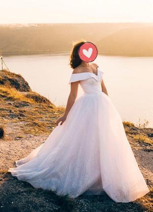 Актуальна та дуже стильна весільна сукня