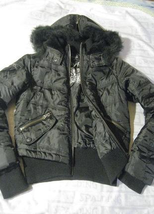 Теплая куртка с капюшоном на синтепоне.