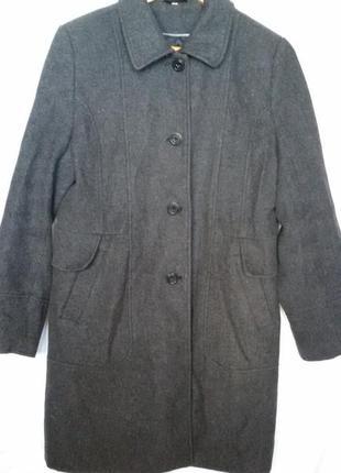 Стильное пальто с накладным воротником