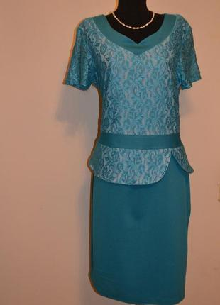Платье цвета морской волны.