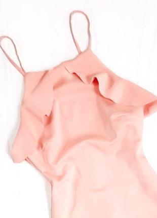 Нарядное нежно-розовое платье на бретелях, по-фигуре, с воланами и открытой спинкой zara