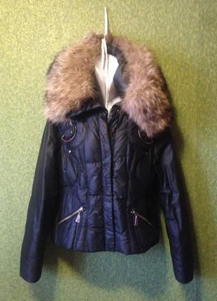 Куртка короткая , пуховик, капюшон с большой енотовой опушкой