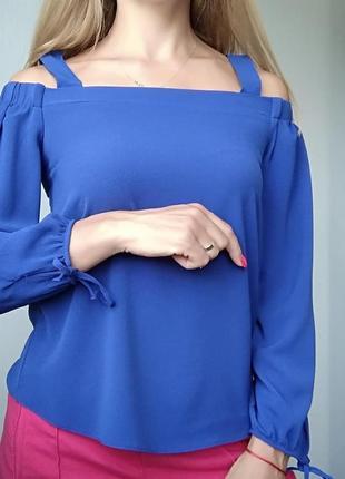 Актуальна блузка на плечі актуального кольору indigo від atmosphere.