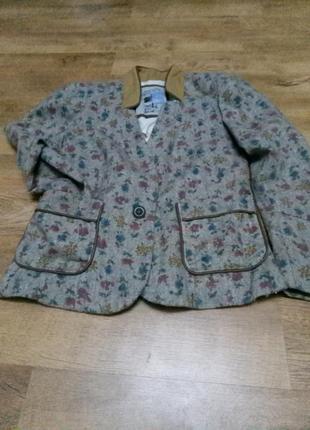 Модный пиджак с цветочным принтом.