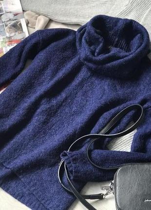 Объёмный свитер с широким горлом