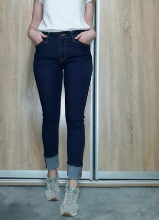 Качественные насыщенно синие плотные джинсы на средней посадке nudie jeans