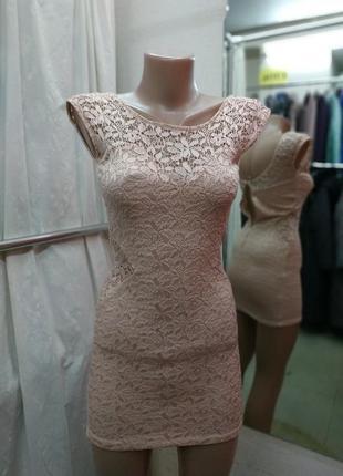 Ажурное пудровое платье на миниатюрную девушку