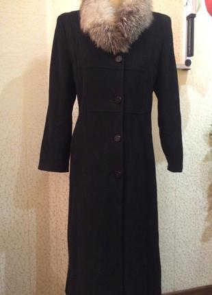 Черное кашемировое пальто с меховым воротником