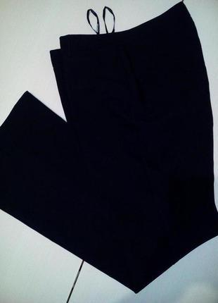 Классические черные брюки со стрелками от бренда atmosphere