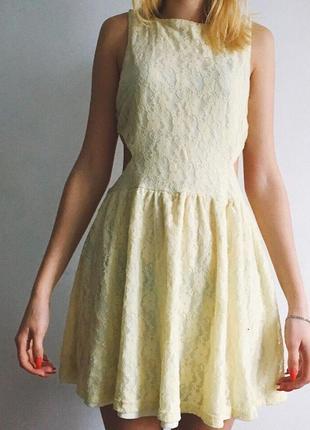Кружевное платье с вырезами по бокам