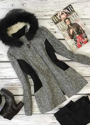 Брендовое черно-белое демисезонное пальто полупальто с меховым капюшоном atmosphere