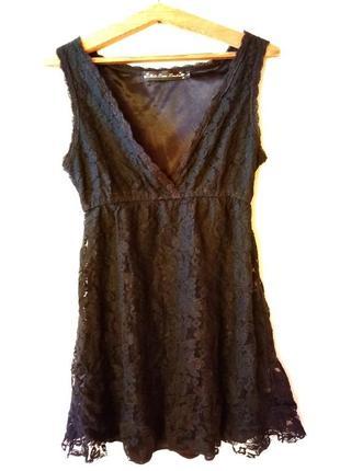 Кружевное платье с красивым декольте