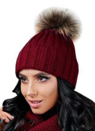 Женская вязаная шапка с меховым помпоном на макушке