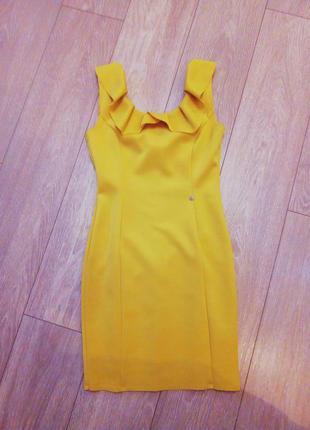 Эффектное желто-горчичное платье-футляр rinascimento c воланами!! новое!