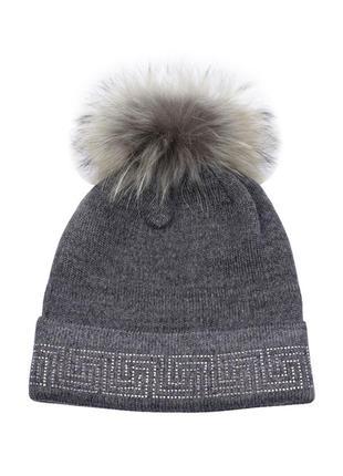 Зимняя демисезонная вязаная шапка с меховым бубоном и стразами