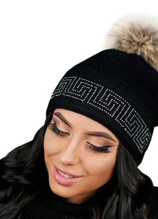Зимняя демисезонная вязаная шапка со стразами и помпоном на макушке