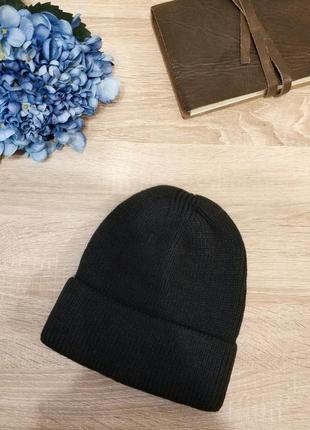 Базовая шапка бини черного цвета с отворотом.