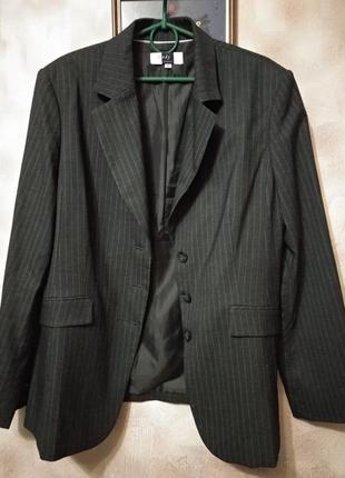 Класичний темносірий піджак у смужку