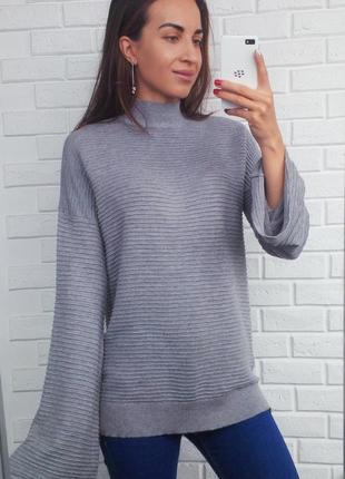 Пуловер со стойкой и расклешенными рукавами