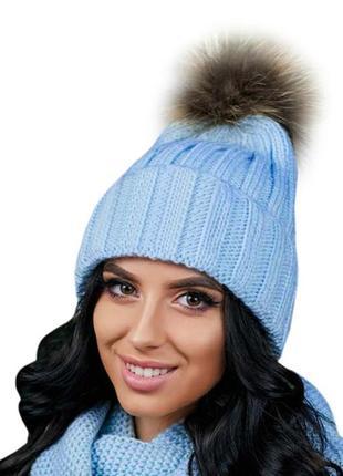 Зимняя демисезонная женская вязаная шапка с бубоном из натурального меха енота