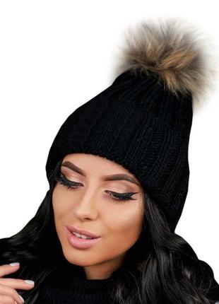 Зимняя демисезонная женская вязаная шапка с меховым бубоном из енота
