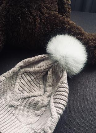 Теплая вязанная шапка с меховым бубоном