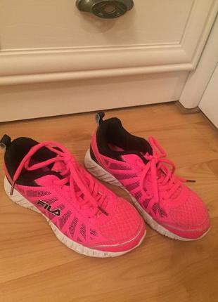 Яркие розовые кроссовки