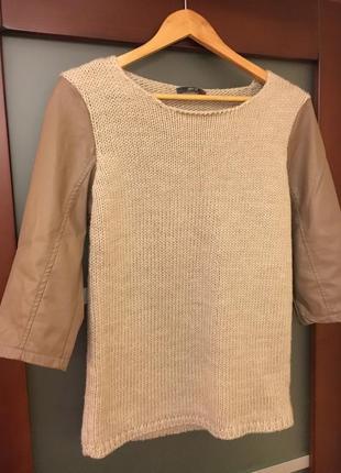 Свитер вязанный с рукавами из эко кожи