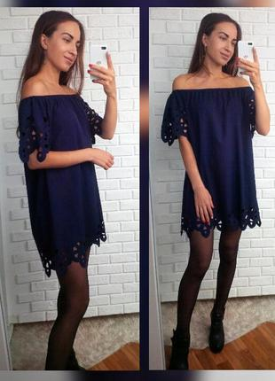Платье с открытыми плечами и вырезанными узорами