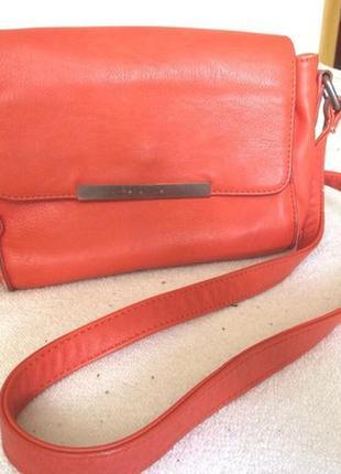 Вместительная маленькая сумочка на длинном ремешке